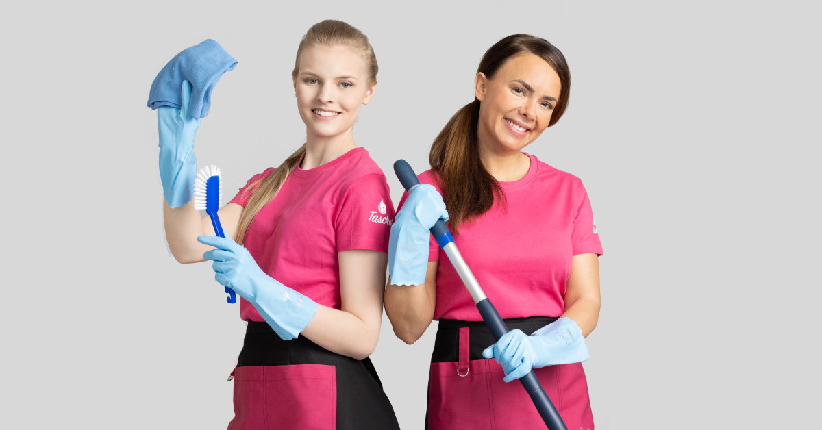 Kaksi kodin siivoojaa. Molemmat ovat pukeutuun vaaleanpunaiseen paitaan ja siniseen siivouskäsineisiin. Vasemmalla naisella on mikrokuituliina ja tiskiharja. Oikealla on säädettävä varsi.